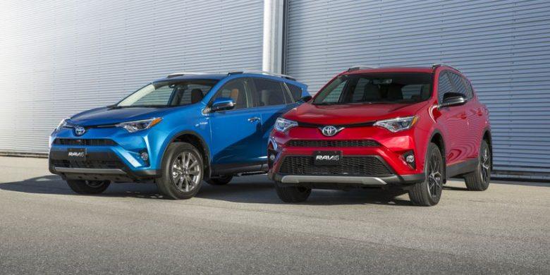 deux Toyota RAV4 couleur bleu et rouge côte-à-côte